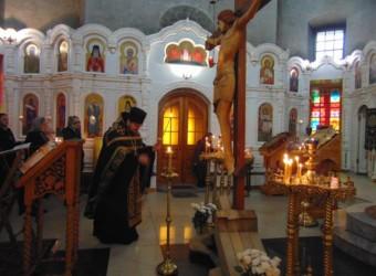 В Крестопоклонную неделю Великого поста совершено вечернее богослужение с чтением акафиста Страстям Христовым