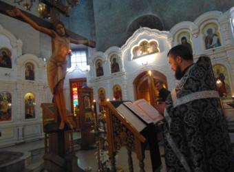 В 5-ю неделю Великого поста совершено вечернее богослужение с чтением акафиста Страстям Христовым