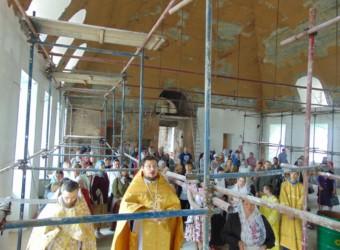 В трапезной части храма, где продолжаются ремонтно-реставрационные работы, впервые за 90 лет совершен молебен