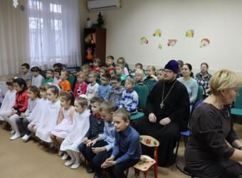 Священнослужители храма приняли участие в детском утреннике «Волшебный зимний праздник» и поздравили дошколят с Рождеством и Крещением