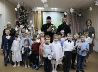 Священнослужители храма поздравили дошколят с Рождеством и Крещением