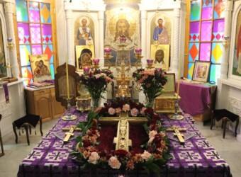 В канун Недели Крестопоклонной в храме вынесен Животворящий Крест Господень