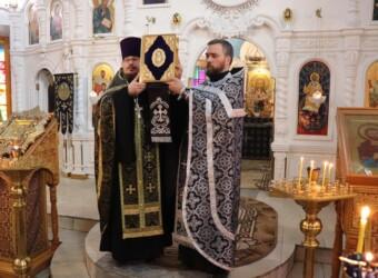 В четвертую Неделю Великого поста совершено вечернее богослужение с чтением акафиста Страстям Христовым